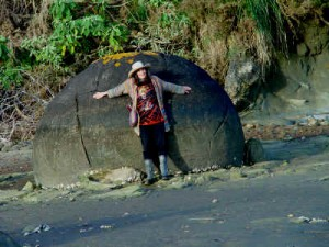 The boulder size is about 3m diametre as this woman demonstrate